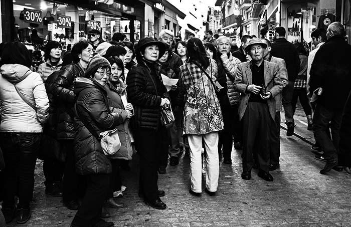 Vacaciones y Turismo. Fotografia Turistas asiáticos. Exposición de turista a viajero de Sergio Town. Blanco y negro. Turismo e hiperrealidad.