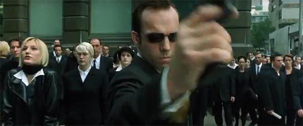 Fotograma Agente Smith, Hugo Weaving. The Matrix, 1999. Cultura y Simulacro.