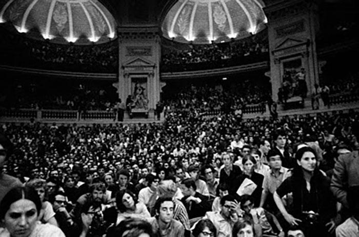 Ocupación de la Universidad la Sorbona por los estudiantes durante las revueltas de mayo del 68. Imagen de Bruno Barbey