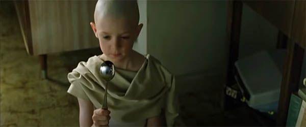 Niño con potecial que dobla cuchara. Matrix. Teoría del simulacro.