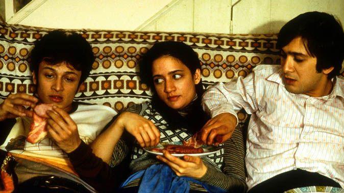 Fotograma película East is East. Británica, 1999. Unos chicos musulmanes comen panceta de cerdo.