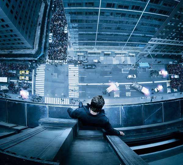 Imagen del cartel de la película Al borde del abismo. Un hombre en una cornisa tiene un intento de suicidio.