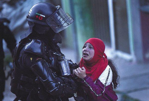Revueltas y abuso de poder en Colombia. Policía con manifestante. Imagen de Mauricio Alvarado para el Diario Colombiano El Espectador