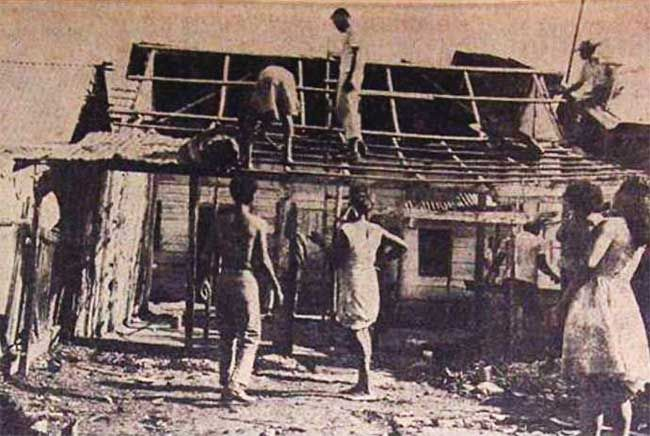 Construyendo casa en Chambacú, Cartagena de Indias.