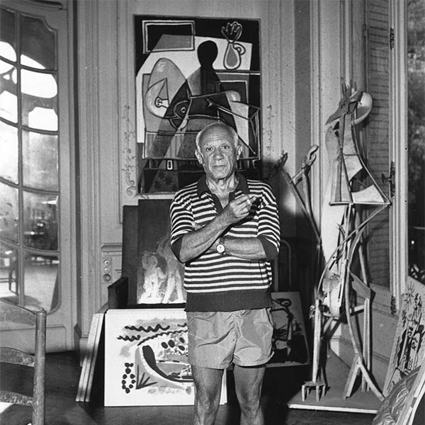 Pablo Picasso en su estudio de París.