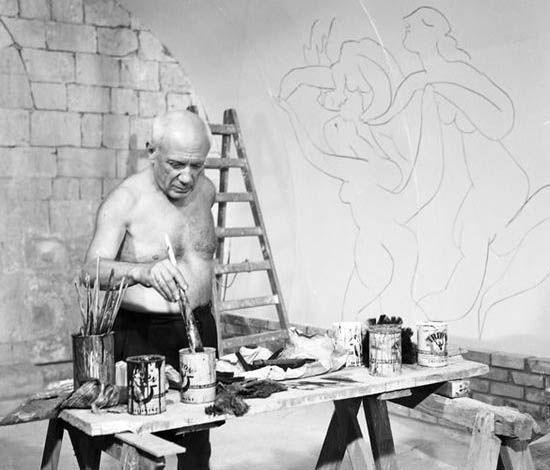 Pablo Picasso Pintando en la Capilla de la Paz, Vallauris (Francia). Fotografía de Edward Quinn